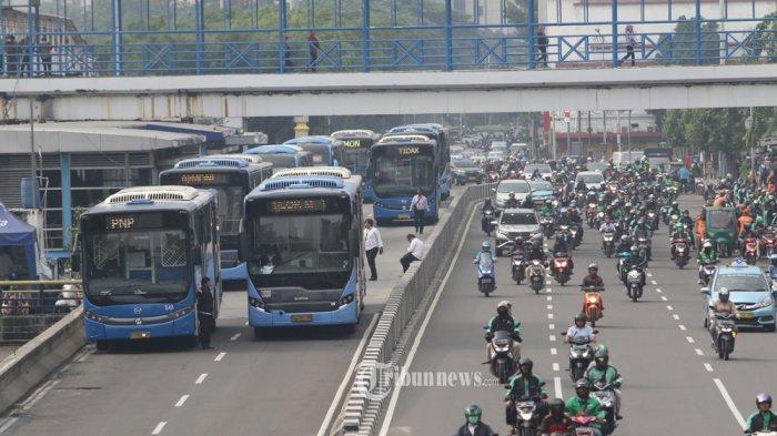 PEMBATASAN OPERASIONA - Pembatasan operasional Bus TransJakarta yang mulai diberlakukan Hari Senin (16/3/2020) hingga 14 hari ke depan, dikeluhkan warga masyarakat khususnya para pengguna angkutan masal tersebut. Pasalnya dengan pembatasan hanya 13 koridor dan jam operasional mulai dari pukul 06.00 hingga pukul 18.00 dengan interval kedatangan 20 menit, membuat mereka terhambat dalam beraktifitas karena terlalu lama menunggu dan armada yang sedikit. Tak jarang warga pengguna Bus TransJakarta, akhirnya menggunakan taksi online untuk sampai ke lokasi yang akan mereka tuju, akibat adanya pembatasan rute atau koridor yang ada. KOndisi seperti ini membuat antrian warga yang menumpuk di halte seperti yang terjadi di Halte Rawa Buaya, Cengkareng. WARTA KOTA/Nur Ichsan