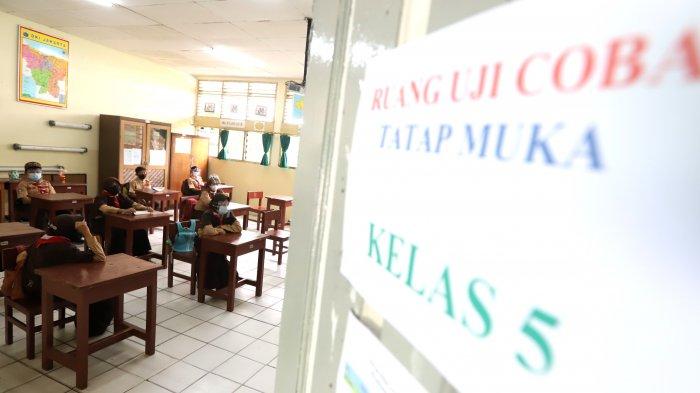 Sejumlah murid saat menjalani uji coba pembelajaran tatap muka (PTM) tahap dua di SDN Malaka Sari 13 Duren Sawit, Jakarta Timur, Rabu (9/6/2021). Dinas Pendidikan DKI Jakarta menggelar uji coba pembelajaran tatap muka tahap 2 yang diikuti 226 sekolah salah satunya SDN Malakasari 13. Siswa yang ikut belajar tatap muka yang digelar pada pukul 07.00-09.00 WIB hanya 50% dari kapasitas. (Tribunnews/Jeprima)