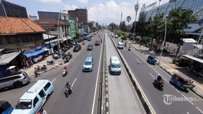 Suasana sepi terlihat di sekitar Pasar Jatinegara, Jakarta Timur, Selasa (7/4/2020). Jalan di sekitar pasar yang biasanya dipenuhi kendaraan parkir dan kemacetan lalu lintas kini terlihat lengang karena berkurangnya pembeli akibat wabah virus corona (Covid-19). Tribunnews/Herudin