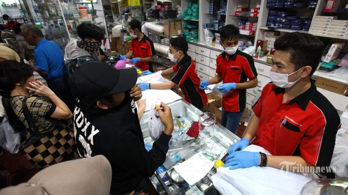 Warga membeli alat kesehatan untuk pencegahan menularnya virus corona (Covid-19) di Sakura Medical Center, Jalan Pajajaran, Kota Bandung, Jawa Barat, Selasa (17/3/2020). Meski penjualan sudah dibatasi kepada setiap pembeli, namun dengan membludaknya pembeli dari pagi hingga sore hari, terpaksa pihak toko memasang tulisan sejumlah produk tertentu habis, seperti masker, hand sanitizer, dan termometer. Di toko pusat layanan kesehatan ini pembelian sejumlah produk tertentu dibatasi, seperti pembelian masker maksimal 5 pcs, sedangkan hand sanitizer dan termometer hanya 1 pcs. Tribun Jabar/Gani Kurniawan