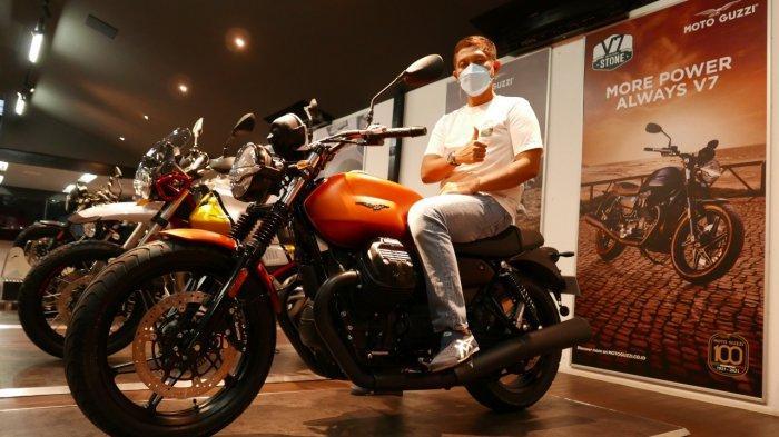 Pria Pengusaha Ini Jadi Pembeli Pertama Moto Guzzi New V7 Stone