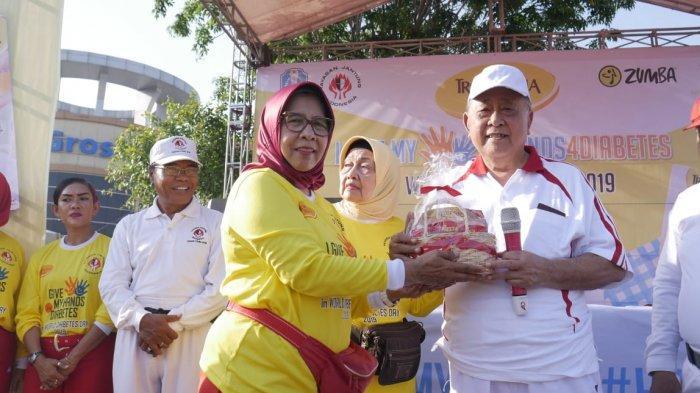 Pemberian Souvenir pada Ketua Yayasan Jantung Indonesia Cabang Utama Jatim