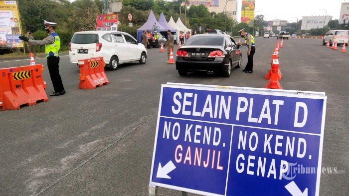 Petugas memeriksa pengendara saat penyekatan pemberlakuan ganjil genap di Gerbang Tol Pasteur, Kota Bandung, Jawa Barat, Jumat (3/9/2021). Pemberlakuan ganjil genap ini diterapkan di lima gerbang tol masuk Kota Bandung, yakni gerbang tol Pasteur, Kopo, Pasirkoja, Mohammad Toha, dan Buahbatu, berlaku hanya saat akhir pekan saja, yakni Jumat, Sabtu dan Minggu dari pukul 06.00 - 21.00 WIB. Penerapan ganjil genap bertujuan untuk mengontrol mobilitas di Kota Bandung yang saat ini berstatus PPKM level 3. (TRIBUN JABAR/GANI KURNIAWAN)