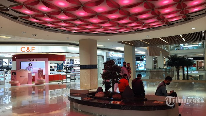 Suasana aktivitas di pusat perbelanjaan Mal Kasablanka, Jakarta, Kamis (24/6/2021). Pemerintah Provinsi DKI Jakarta menetapkan Pemberlakuan Pembatasan Kegiatan Masyarakat (PPKM) Mikro terkait lonjakan kasus Covid-19 pada periode 22 Juni-5 Juli yang salah satunya yakni pembatasan pengunjung mal dan pembatasan jam operasional. Tribunnews/Irwan Rismawan