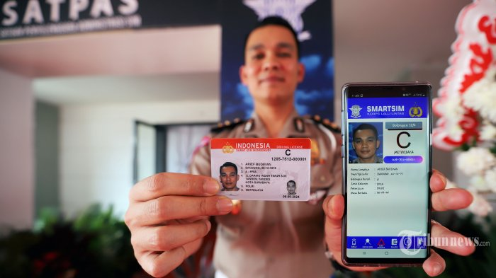 Anggota kepolisian saat menunjukkan surat izin mengemudi (SIM) online dan Smart SIM di kawasan Senayan, Jakarta Pusat, Minggu (22/9/2019). Korlantas Polri resmi meluncurkan SIM online dan Smart SIM guna mempermudah layanan dalam membuat SIM dengan dilengkapi terobosan teknologi di dalamnya. Tribunnews/Jeprima