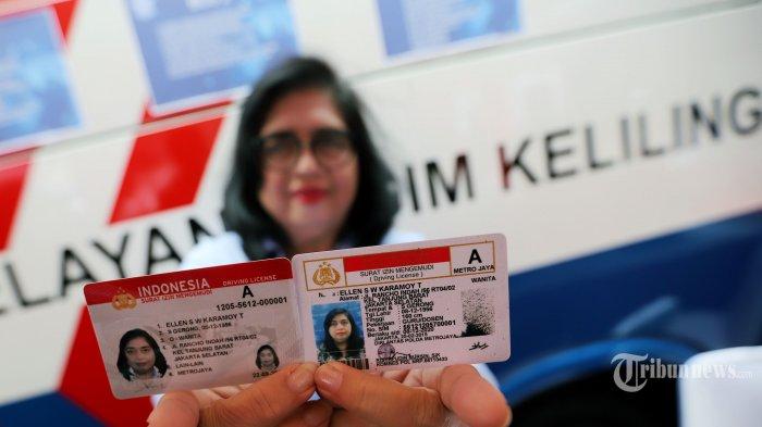 Seorang warga saat menunjukkan surat izin mengemudi (SIM) online baru dan lama miliknya di kawasan Senayan, Jakarta Pusat, Minggu (22/9/2019). Korlantas Polri resmi meluncurkan SIM online dan Smart SIM guna mempermudah layanan dalam membuat SIM dengan dilengkapi terobosan teknologi di dalamnya. Tribunnews/Jeprima