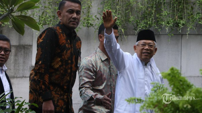Wakil Presiden terpilih periode 2019-2024 Ma'aruf Amin berjalan memasuki lokasi pertemuan dengan Tim Kampanye Nasional (TKN) di Jakarta, Jumat (26/7/2019). Agenda pertemuan membahas pembubaran TKN. (Warta Kota/henry lopulalan)