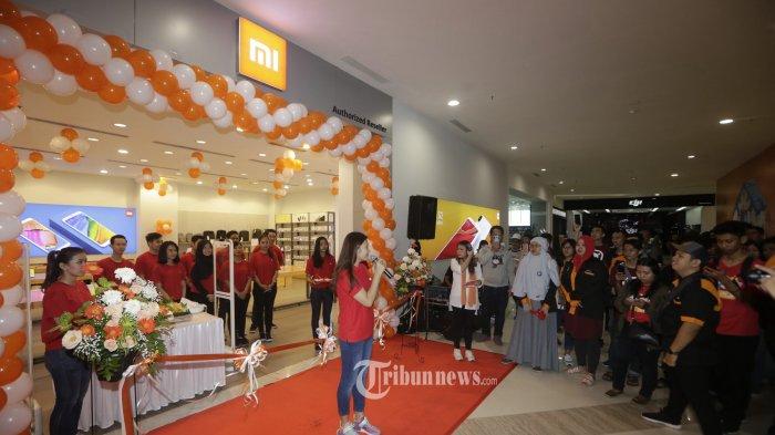 PEMBUKAAN MI STORE. Siti Li, Head of Retail Xiomi Southeast Asia memberikan smabutan saat pembukaan gerai Authorized Mi Store di Hartono Mall Yogyakarta, Sabtu (14/7/2018). Dalam pembukaan gerai resmi tersbeut Xiomi ingin mendekatkan diri secara langsung kepada para pengguna dan dalam kesempatan tersbeut juga melakukan penjualan beragam produknya dengan diskon mencapai 90%. Xiomi menargetkan sampai akhir tahun ini dapat membuka 40 gerai resmi di seluruh Indonesia. TRIBUN JOGJA/HASAN SAKRI