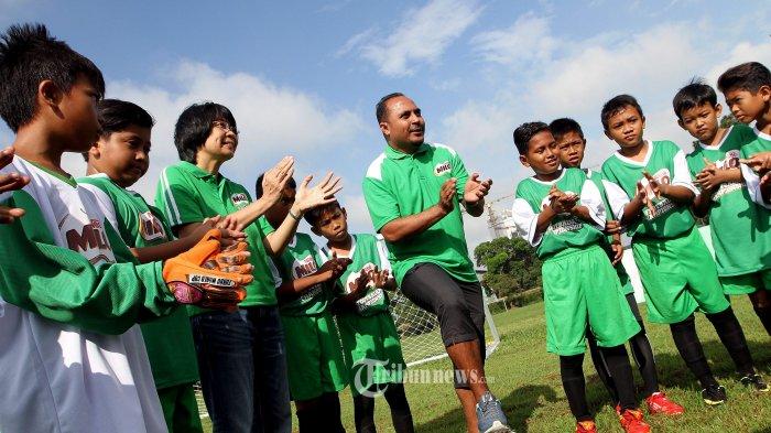 Business Executive Manager MILO Prawitya Soemadijo (tiga dari kiri) bersama Pelatih Sepak Bola Usia Muda Imran Nahumarury (tengah) saat memberikan pengarahan kepada para peserta kompetisi MILO Football Championship Jakarta di Lapangan Aldiron MBAU, Pancoran, Jakarta Selatan, Sabtu (7/2/2015). MILO Football Championship Jakarta diselenggarakan pada 7-8 Februari 2015 dan diikuti oleh 512 peserta dari 32 Sekolah Dasar (SD). (Tribunnews/Jeprima)