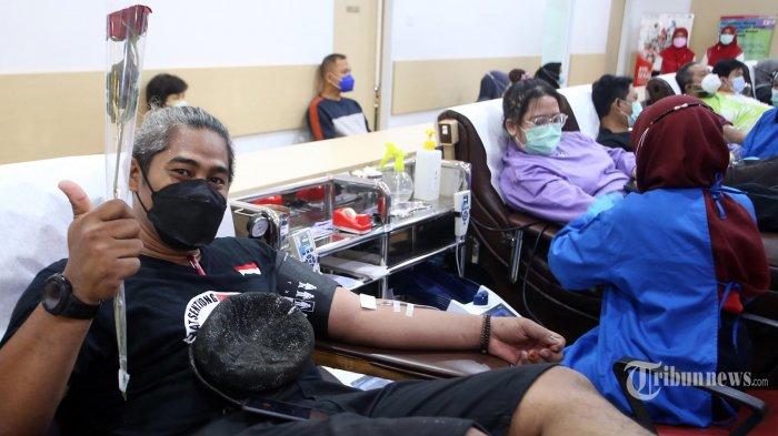 Ketua PMI DKI Jakarta Rustam Effendi memberikan buga kepada para pendonor darah saat acara pembukaan peringatan hati donor darah sedunia di Kantor PMI DKI Jakarta, Jalan Kramat Raya, Senen, Jakarta Pusat, Minggu (6/6/2021). Tema peringatan hari donor darah sedunia yang diusung PMI DKI Jakarta ialah