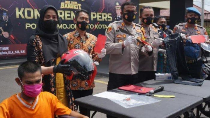 Kapolres Mojokerto Kota, AKBP Deddy Supriadi membeberkan barang bukti kasus pembunuhan terhadap wanita pekerja terapis pijat tradisional di rumah pijat Berkah Mlirip, Kecamatan Jetis, Kabupaten Mojokerto.