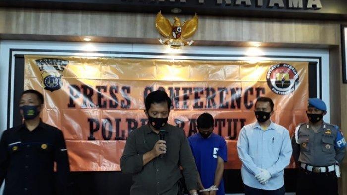 Kasatreskrim Polres Bantul, AKP Ngadi, memberikan keterangan pada wartawan terkait pembunuhan yang dilakukan oleh NK saat jumpa pers di Mapolres Bantul, Rabu (31/03/2021).