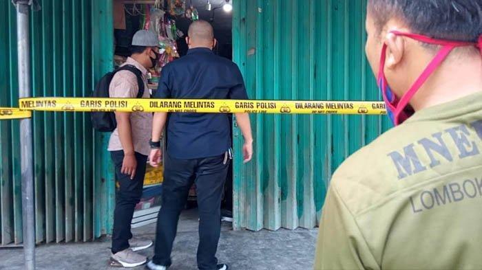 Petugas melakukan olah TKP di toko korban, tempat korban dibantai pelaku di Desa Jatinom, Kecamatan Kanigoro, Kabupaten Blitar, Sabtu (27/2/2021).