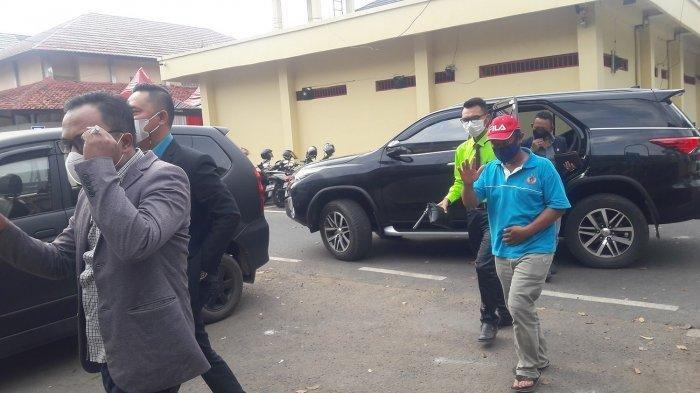 Yosef (bertopi merah) (55) bersama tim kuasa hukumnya saat hendak memasuki Satreskrim Polres Subang, Senin (6/9/2021).