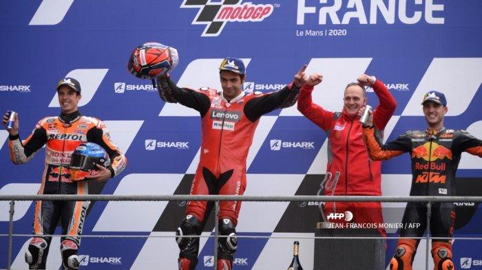 Pemenang Ducati pembalap Italia Danilo Petrucci (tengah), pembalap Spanyol urutan kedua Alex Marquez (kiri) dan pembalap Spanyol Red Bull KTM Factory Racing Pol Espargaro (kanan) merayakan di podium setelah balapan MotoGP Prancis, di barat laut Le Mans Prancis, pada 11 Oktober 2020. JEAN-FRANCOIS MONIER / AFP