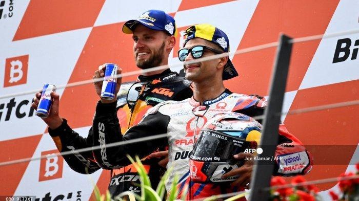 Pemenang KTM Pembalap Afrika Selatan Brad Binder (kiri) dan pebalap Spanyol Ducati-Pramac peringkat ketiga Jorge Martin merayakan di podium setelah Grand Prix Sepeda Motor Austria di trek balap Red Bull Ring di Spielberg, Austria pada 15 Agustus 2021.