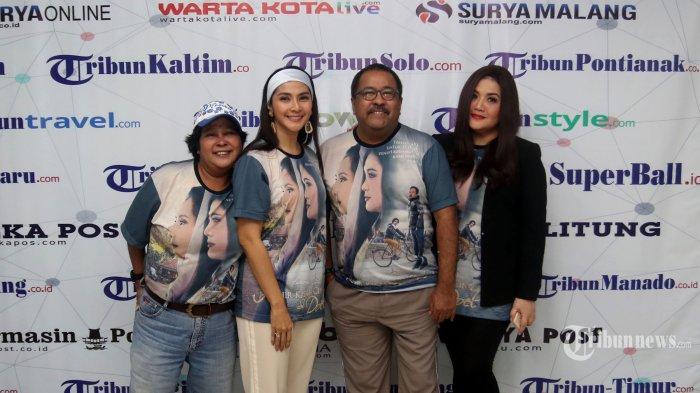Rano Karno beserta pemain film Akhir Kisah Cinta Si Doel, Maudy Koesnaedi (kedua kiri), Cornelia Agatha (kanan), dan Suti Karno (kiri) mengunjungi Kantor Redaksi Tribunnews dan Warta Kota di kawasan Palmerah, Jakarta Pusat, Kamis (16/1/2020) siang. Film yang menceritakan kisah terakhir percintaan Si Doel (Rano Karno) dengan Sarah (Cornelia Agatha) dan Zainab (Maudy Koesnaedi) karya Rano Karno ini rencananya akan mulai tayang di bioskop pada 23 Januari. Warta Kota/Nur Ichsan