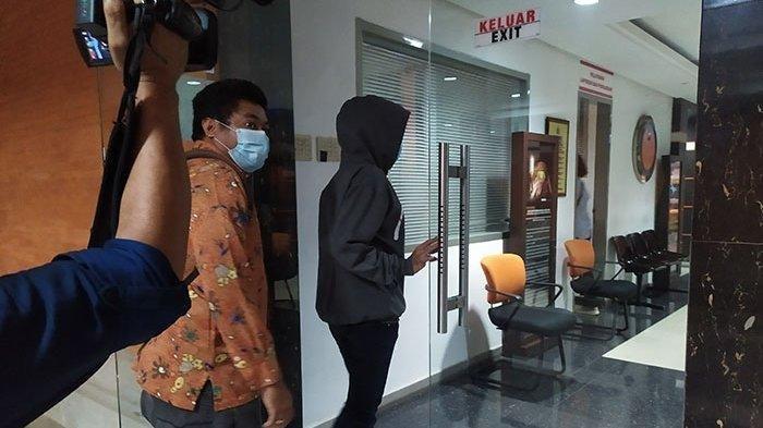 Korban pemerasan yang diduga dilakukan oleh oknum polisi memasuki ruang SPKT Polda Bali untuk melaporkan kasus yang dialaminya, Jumat (18/12/2020) sore