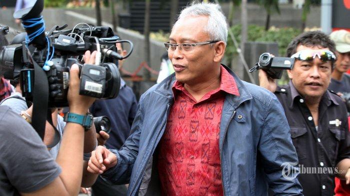 Mantan anggota Komisi II DPR Arif Wibowo bergegas meninggalkan gedung KPK usai menjalani pemeriksaan di Jakarta, Senin (4/6/2018). Politisi PDI Perjuangan itu diperiksa sebagai saksi dalam kasus korupsi proyek pengadaan KTP elektronik dengan tersangka Irvanto Hendra Pambudi dan Made Oka Masagung. TRIBUNNEWS/IRWAN RISMAWAN