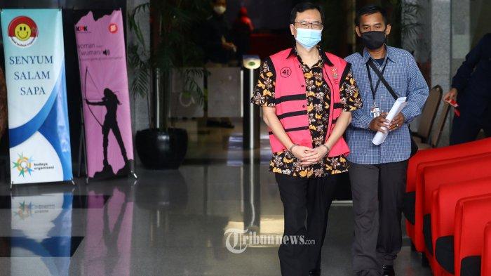 Tersangka Komisaris PT Hanson International Tbk Benny Tjokrosaputro meninggalkan gedung KPK usai menjalani pemeriksaan di Jakarta, Selasa (11/8/2020). Penyidik Kejaksaan Agung kembali menumpang ruangan di gedung KPK untuk melakukan pemeriksaan lanjutan terhadap tersangka kasus dugaan korupsi di PT Asuransi Jiwasraya (Persero) tersebut. TRIBUNNEWS/IRWAN RISMAWAN