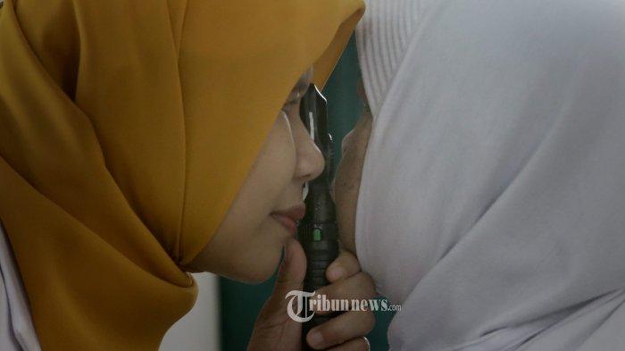 DETEKSI DINI GLAUKOMA. Tenaga medis dari rumah sakit mata Dr Yap melakukan pemeriksaan mata kepada salah satu warga yang mengikuti pemeriksaan dini glaukoma di Puskemas Gondokusuman I, Kota Yogyakarta, Rabu (14/3/2018). Deteksi dini glaukoma yang dilakukan secara gratis kepasa 100 orang warga tersbeut diadakan dalam rangka peringatan pekan glaukoma sedunia sebagai bentuk peringkatan pengetahuan masyarakat akan penyakit yang menjadi penyebab kebutaan permanen no satu didunia. TRIBUN JOGJA/HASAN SAKRI