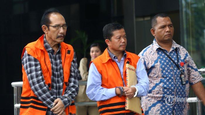 Hakim (nonaktif) Pengadilan Negeri Jakarta Selatan Iswahyu Widodo (kiri) tiba untuk menjalani pemeriksaan di Gedung KPK, Jakarta, Jumat (22/2/2019). Iswahyu Widodo diperiksa terkait kasus dugaan suap penanganan perkara perdata pembatalan perjanjian akusisi PT Citra Lampia Mandiri oleh PT Asia Pacific Mining Resources yang digelar di PN Jaksel. TRIBUNNEWS/IRWAN RISMAWAN