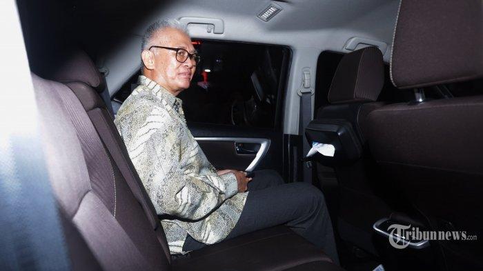 Direktur PT Pan Arcadia Asset Management Irawan Gunari berada di kendaraannya usai menjalani pemeriksaan di gedung Jampidsus Kejaksaan Agung, Jakarta, Rabu (15/1/2020). Irawan Gunari diperiksa sebagai saksi dalam kasus dugaan korupsi pengelolaan keuangan dan dana investasi PT Asuransi Jiwasraya. TRIBUNNEWS/HERUDIN