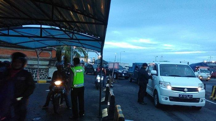 Kendaraan dalam pemeriksaan yang pertama kali memasuki Bali melalui jalur Pelabuhan Gilimanuk, Jumat (8/3/2019).