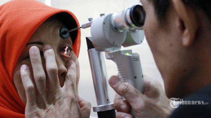 Pasien melakukan cek mata katarak di Lab Prodia Senior Health, Jakarta, Kamis (12/12/2019). Memasuki usia genap 2 tahun, Prodia Senior menyelenggarakan Low Back Pain #BebasGerak Hidup Sehat, yakni kegiatan seminar kesehatan dan pemeriksaan gratis. Pemeriksaan ini meliputi pengecekan body postural untuk mengetahui fleksibilitas otot tulang belakang dan paha belakang, pemeriksaan kulit kepala, hingga pemeriksaan gula darah dan katarak. Tribunnews/Irwan Rismawan