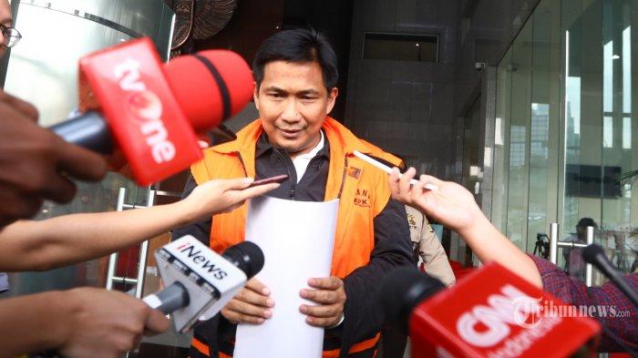 Tersangka kasus dugaan suap distribusi pupuk, Bowo Sidik Pangarso usai menjalani pemeriksaan di gedung KPK, Jakarta, Rabu (10/4/2019). Bowo Sidik menjalani pemeriksaan lanjutan dalam kasus dugaan suap pelaksanaan kerja sama bidang pelayaran antara PT Pupuk Indonesia Logistik (Pilog) dengan PT Humpuss Transportasi Kimia (HTK) dan penerimaan lain terkait jabatan. TRIBUNNEWS/IRWAN RISMAWAN
