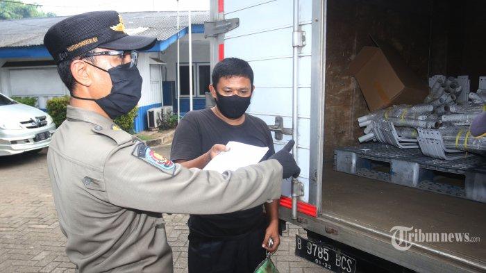 SIKM DKI JAKARTA - Petugas Kepolisin bersama dengan Dishub dan Satpol PP melakukan pemeriksaan identitas dan Surat Izin Keluar Masuk (SIKM) ke DKI Jakarta di Pos Polantas Kalideres, Jakarta Barat, Jumat (22/5/2020). Mulai 22 Mei hingga 4 Juni, setiap orang yang keluar masuk wilayah DKI Jakarta yang melintasi check 12 point harus menunjukan identitas diri berupa KTP Jabodetabek maupun Surat Izin Keluar MAsuk DKI Jakarta selama masa pandemi. Bagi yang melanggar aturan tersebut maka akan diperintahkan putar balik. (WARTAKOTA/Nur Ichsan)