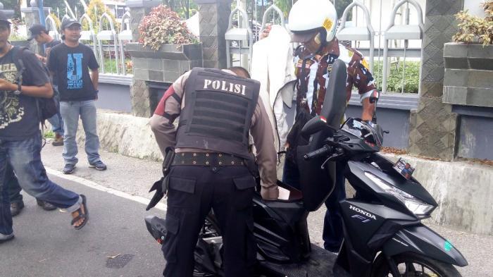 Massa Pelantikan DPD KNPI Medan Digeledah Petugas Gabungan