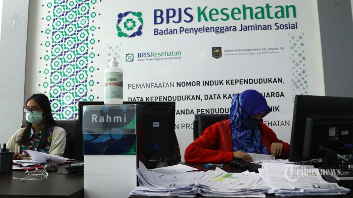 Petugas melayani warga di Kantor Badan Penyelenggara Jaminan Sosial (BPJS) Kesehatan, Jakarta, Rabu (13/5/2020). Iuran BPJS Kesehatan bagi peserta mandiri resmi naik per 1 Juli 2020 mendatang, meski begitu peserta Kelas III masih mendapatkan subsidi sampai Desember 2020. Pemerintah menetapkan iuran BPJS Kesehatan kelas III sebesar Rp 42.000, meski begitu peserta kelas terendah ini tetap membayar Rp 25.500 karena mendapatkan subsidi. Sementara untuk kelas II dan III sebesar Rp 100.000 dan Rp 150.000. TRIBUNNEWS/IRWAN RISMAWAN