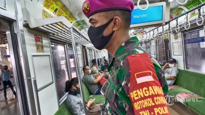 Pengawas Protokol Covid-19 - Pasukan Marinir Pengawas Protokol Covod-19 TNI-POLRI berada di KRL Komunter Line Sepong-Tanah Abang, Minggu (31/5/2020) Ribuan  pasukan gabungan disebar di tempat-tempat ramai untuk lebih menertibkan warga agar tetap beraktifitas dan aman dari virus Covid-19. (Warta Kota/Henry Lopulalan)