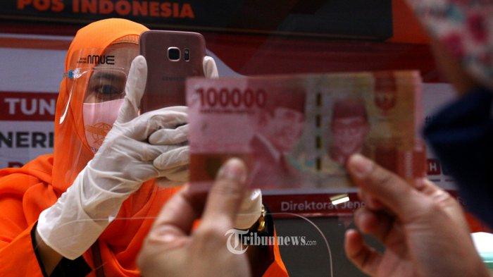 Petugas Pos menyalurkan Bantuan Sosial Tunai (BST) Tahun 2020 di Kantor Pos Cikutra, Jalan PHH Mustofa, Kota Bandung, Rabu (5/8/2020). Pemerintah melalui Kementerian Sosial (Kemensos) mulai menyalurkan BST gelombang II (Juli-Desember 2020) dari Kota Bandung. Bantuan tunai ini diberikan kepada 9 juta Keluarga Penerima Manfaat (KPM) se-Indonesia dengan masing-masing penerima mendapatkan Rp 300.000. (TRIBUN JABAR/GANI KURNIAWAN)