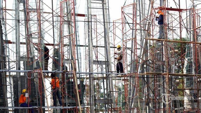 Pekerja menyelesaikan proyek konstruksi pembangunan di Kawasan Ancol, Jakarta Utara, Rabu (24/6/2020). Pada tahun 2020, Kementerian Pekerjaan Umum dan Perumahan Rakyat (PUPR) menargetkan sertifikasi kepada 113.900 orang untuk tenaga kerja konstruksi. Tribunnews/Jeprima