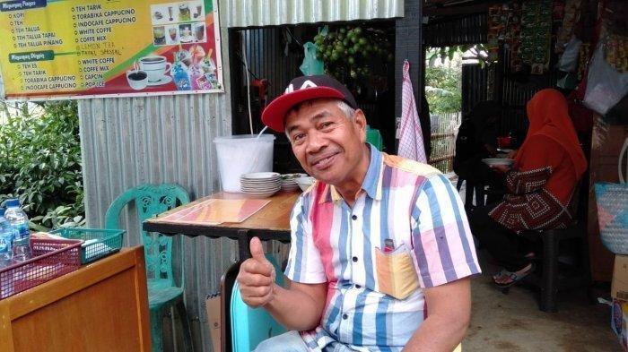 Pemilik Pondok Teh Talua Tapai Luak Ladang, Zulkan (54) saat diwawancarai wartawan, Minggu (22/8/2021). (TRIBUNPADANG.COM/WAHYU BAHAR)