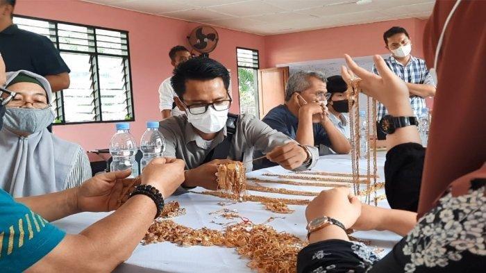 Pemilik toko emas Masrul F dan Aulia Chan saat memeriksa barang bukti