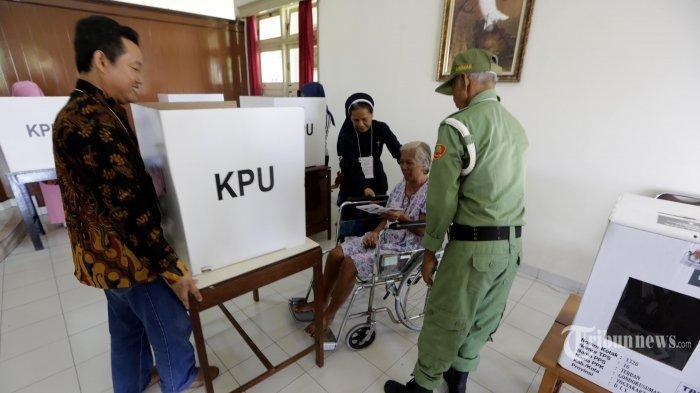PEMILU 2019 - Petugas pemungutan suara (PPS) membantu warga berkebutuhan khusus untuk menyalurkan hak pilihnya dalam Pemilu 2019 di TPS 16, komplek rumah sakit Panti Rapih, Kelurahan Terban, kota Yogyakarta, Rabu (17/4/2019).
