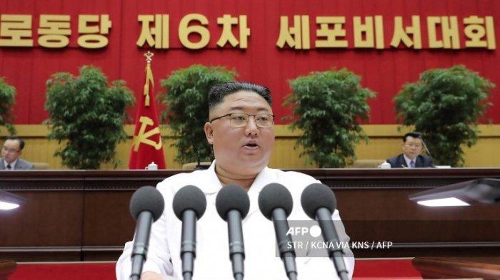 Gambar ini diambil pada 8 April 2021 dan dirilis dari Kantor Berita Pusat Korea (KCNA) resmi Korea Utara pada 9 April 2021 menunjukkan pemimpin Korea Utara Kim Jong Un menyampaikan pidato penutup di Konferensi Keenam Sekretaris Sel dari Partai Pekerja Korea di Pyongyang.