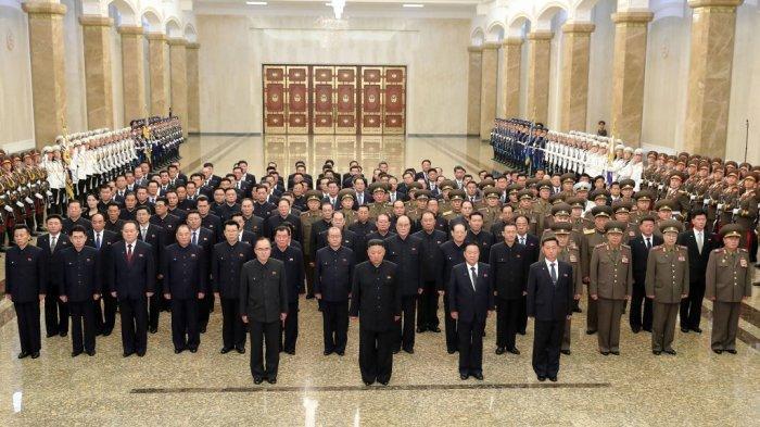 Gambar ini diambil pada 8 Juli 2021 yang dirilis dari Kantor Berita Pusat Korea (KCNA) resmi Korea Utara menunjukkan pemimpin Korea Utara Kim Jong Un (depan, tengah) mengunjungi Istana Matahari Kumsusan di Pyongyang pada hari peringatan terbesar.