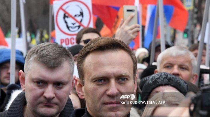 Pemimpin oposisi Rusia Alexei Navalny ambil bagian dalam pawai untuk mengenang pembunuhan kritikus Kremlin Boris Nemtsov di pusat kota Moskow pada 29 Februari 2020.