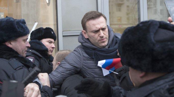 Pemimpin oposisi Rusia Alexei Navalny ditangkap di Moskow setelah ikut bersama para pendemonstrasi bersama para aktivis antikorupsi, Minggu (28/1/2018). (AP)