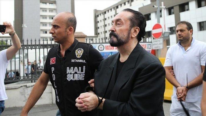 Pemimpin sekte Adnan Oktar, yang populer dengan nama Harun Yahya diborgol. (Anadolu Agency)