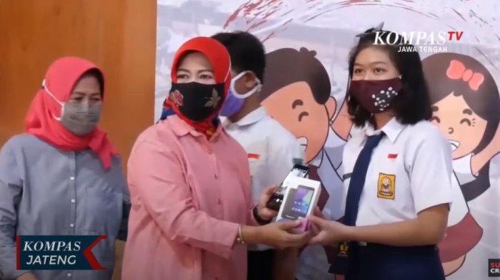 Pemkot Solo Menyalurkan Bantuan Smartphone untuk 1.500 Siswa SMP Kurang Mampu