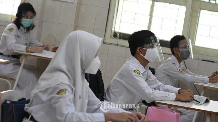 UJI COBA PTM - Sebanyak 18 siswa kelas IX SMPN 1 Surabaya saat mengukuti materi pelajaran IPA pada uji coba Pembelajaran Tatap Muka (PTM), Senin (7/12).