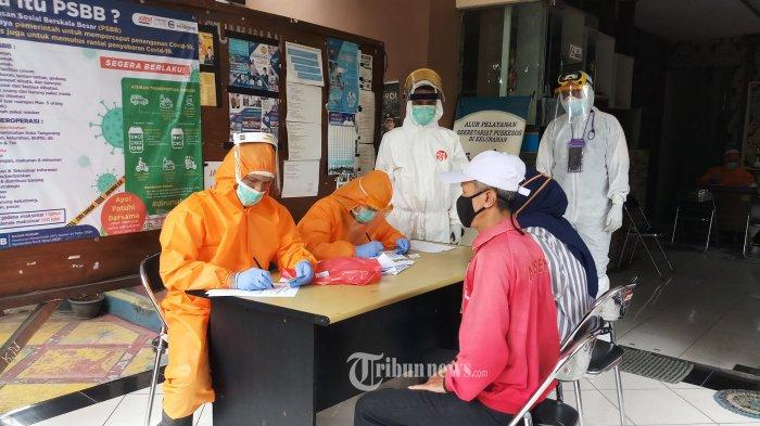 TES COVID-19 - Untuk memutus mata rantai penyebaran wabah Covid-19, Pemkot Tangerang menggelar kegiatan rapid test bagi 40 warga Rw 04 Kelurahan Batuceper, yang merupakan salah satu zona merah dari 11 kelurahan yang ada di Kota Tangerang, Jumat (19/6/2020). Pada kesempatsn yang sama petugas Satpol PP Kota Tangerang, juga mengikuti swab test untuk memastikan kesehatan mereka yang rentan tertular virus Covid-19. WARTA KOTA/NUR ICHSAN