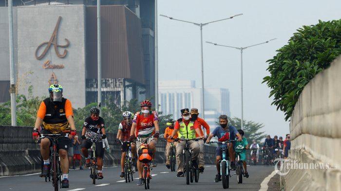 Warga berolahraga saat Hari Bebas Kendaraan Bermotor (HBKB) atau Car Free Day (CFD) di Jalan Layang Non-Tol Antasari, Jakarta Selatan, Minggu (28/6/2020). Pemprov DKI Jakarta menggelar HBKB atau CFD di 32 lokasi baru untuk menggantikan HBKB yang ditiadakan di Jalan Sudirman-Thamrin dengan alasan menghindari terjadinya kerumunan warga untuk mencegah penyebaran virus corona (Covid-19). Tribunnews/Irwan Rismawan