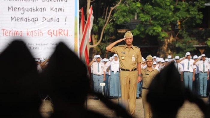Gubernur Jawa Tengah, Ganjar Pranowo saat upacara peringatan Hari Guru di SMAN 1 Semarang, Senin (25/11).