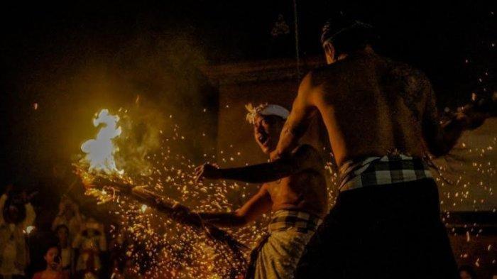 Foto- foto Proses Lukat Geni di Puri Satria Kawan, Muda-Mudi 'Perang' Bersikan Diri Pakai Bara Api